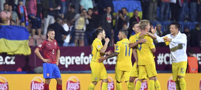 Pavel Kadeřábek sleduje radující se Ukrajince po prohře v úvodním zápase Ligy národů