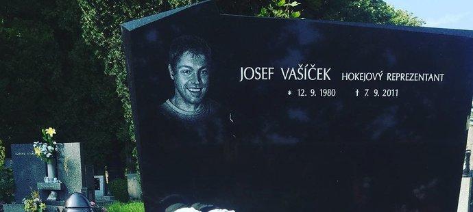 Snoubenka Josefa Vašíčka Michaela přišla k hrobu s jasným vzkazem. I po 7 letech Pepík chybí.