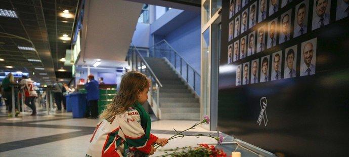 Na stadionu v Kazani bylo vytvořeno pietní místo, kam fanoušci mohli pokládat květiny k uctění památky zesnulých při letecké katastrofě týmu Lokomotiv Jaroslavl