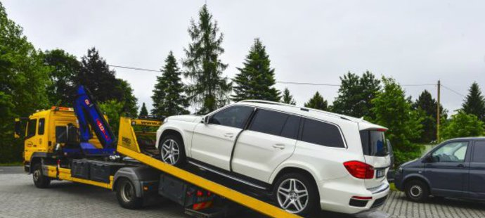 Mercedes GL 350 byl kvůli tomu, že Řepka neplatil alimenty na děti z prvního manželství, zabaven exekutory.