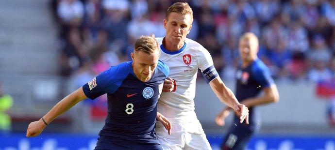Ondrej Duda si kryje míč před českým kapitánem Bořkem Dočkalem