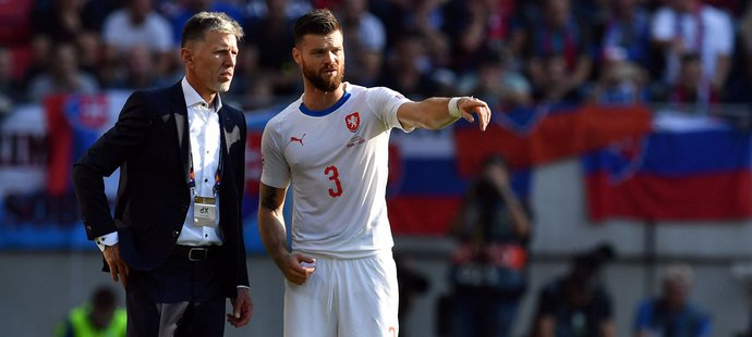 Diskuze Ondřeje Čelůstky (vpravo) s trenérem národního týmu Jaroslavem Šilhavým