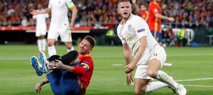 Eric Dier (vpravo) ostře sestřelil Sergia Ramose (vlevo) a už v jedenácté minutě viděl první žlutou kartu v duelu Anglie se Španělskem