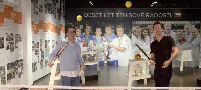 Už dopoledne Radek Štěpánek s Tomášem Berdychem zahájili výstavu Deset let tenisové radosti v Galerii Harfa