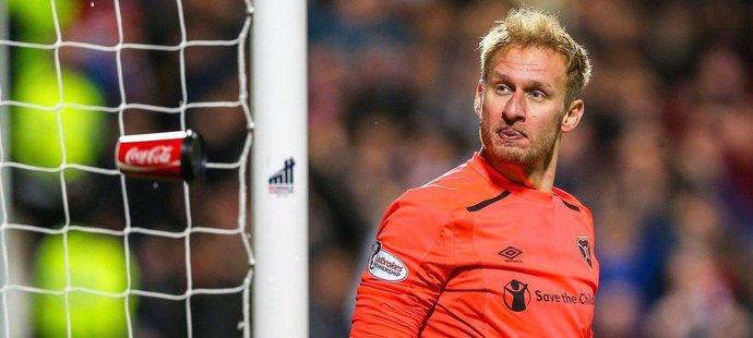Český brankář Zdeněk Zlámal se ohlíží za kelímkem vhozeným jeho směrem během utkání Hearts s Hibernian