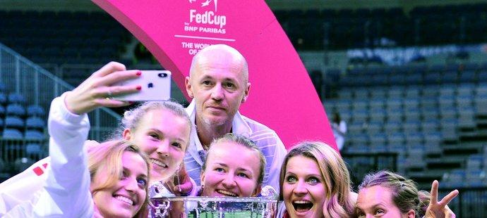 Vítězné selfie v podání Petry Kvitové, Kateřiny Siniakové, Petra Pály, Barbory Krejčíkové, Lucie Šafářové a Barbory Strýcové a Fed Cupu