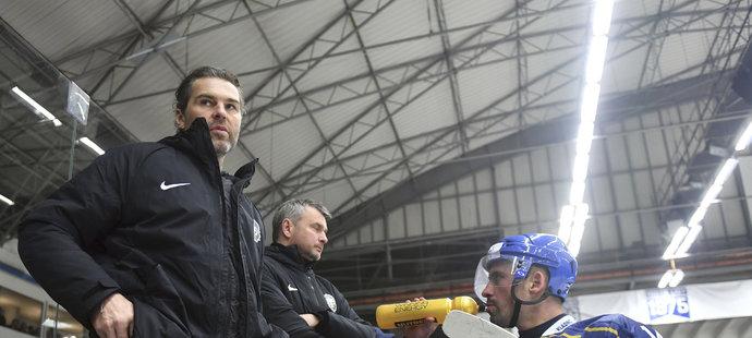 Jaromír Jágr na střídačce Kladna s Tomášem Plekancem
