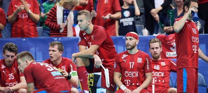Marek Beneš, Martin Pražan, Lukáš Veltšmíd a Milan Garčar sledují závěr nevydařeného duelu o bronz na MS proti Švýcarsku