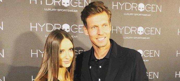 Tomáše Berdycha na reklamní akci do Milána doprovodila jeho manželka Ester