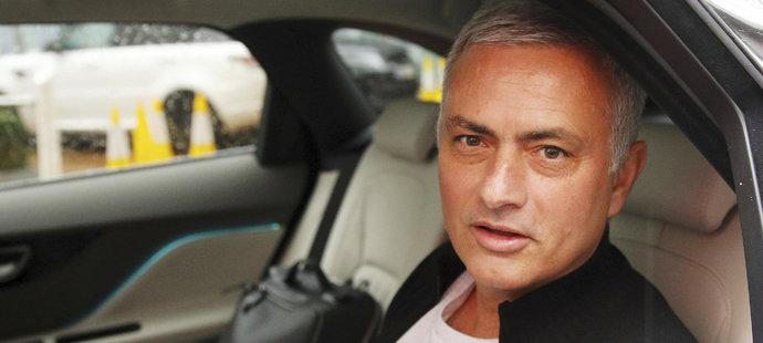 José Mourinho opouští svůj hotel v Manchesteru po konci v United