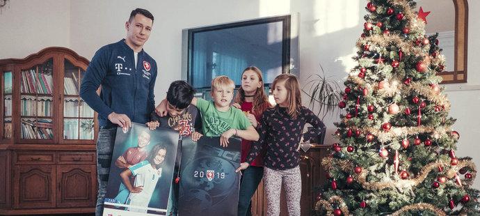 Marek Suchý předal dětem kalendáře, na kterých pózují s reprezentanty