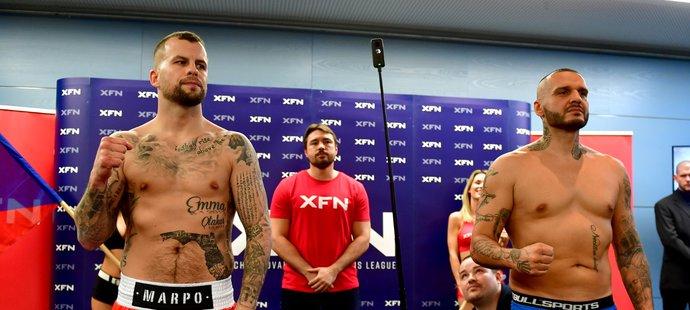 Dvě rapperské hvězdy pózují při vážení před svým boxerským zápasem: Otakar Petřina alias Marpo (vlevo) a Patrik Vrbovský, neboli Rytmus