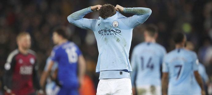 Zklamaný obránce Manchesteru City John Stones po prohře v Leicesteru