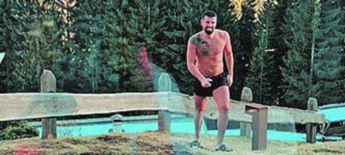 Fotbalista Milan Baroš v Dolimitech ukázal vysportoané tělo