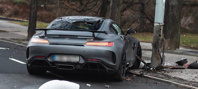 Stoper Sparty Kaya havaroval v blízkosti klubového tréninkového centra. Jeho Mercedes je na odpis.