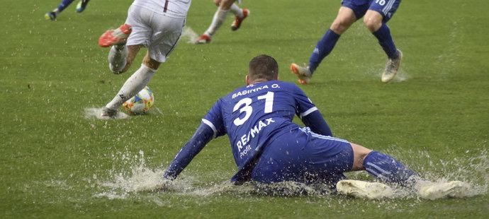 Fotbalisté Baníku Ostrava v utkání na soustředění v Turecku, které týmu komplikuje deštivé počasí