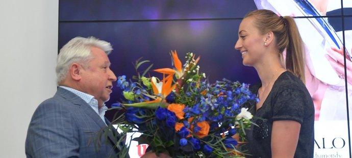 Miroslav Černošek vítá Petru Kvitovou v Praze po příletu z Australian Open