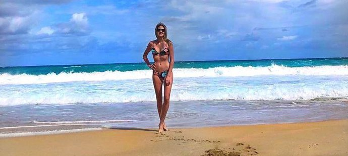 Nikola Rittichová, manželka brankáře Calgary, si užívá dovolenou na Havaji