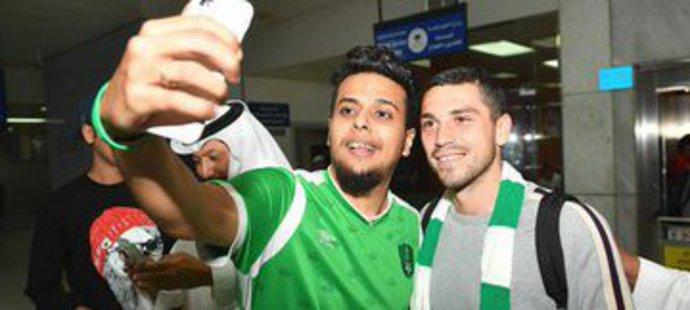 Nicolae Stanciu se na letišti v Džiddě fotil s příznivci Al Ahlí