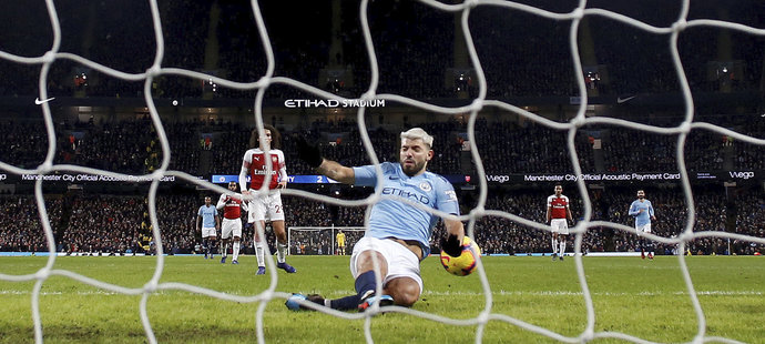 Sergio Agüero vstřelil svůj třetí gól v utkání s Arsenalem rukou