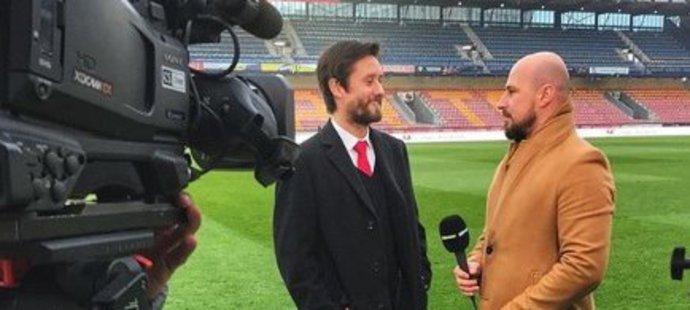 Reportér O2 TV Sport David Sobišek před kamerou s Tomášem Rosickým