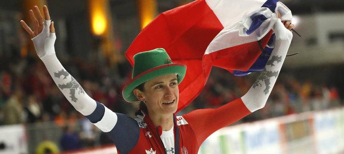 Radostné oslavy Martiny Sáblíkové s českou vlajkou, v Inzellu získala své osmnácté zlato z MS v kariéře