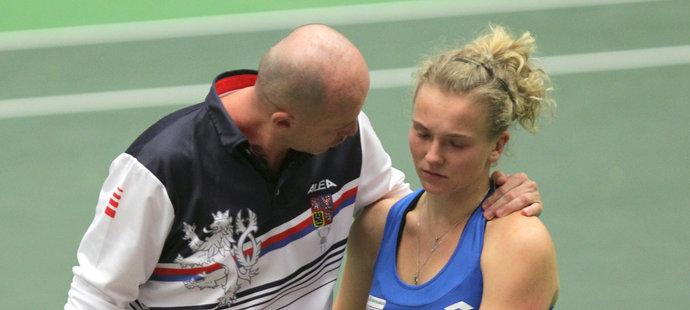 Kapitán fedcupového týmu Petr Pála utěšuje Kateřinu Siniakovou po prohře s Rumunkami