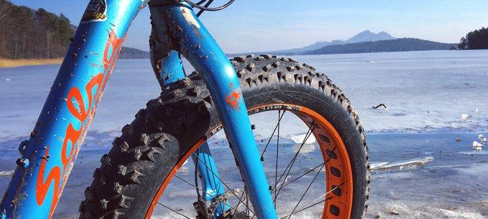 """Kolem """"Mácháče"""" na tlustých kolech. Dobrodružství na sněhu a ledu"""