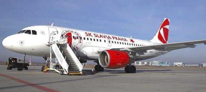 Slavia se vydala do Belgie letadlem s klubovým polepem!