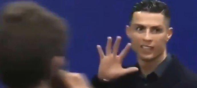Cristiano Ronaldo ukazuje, kolik že titulů v Lize mistrů na rozdíl od hráčů Atlétika Madrid získal