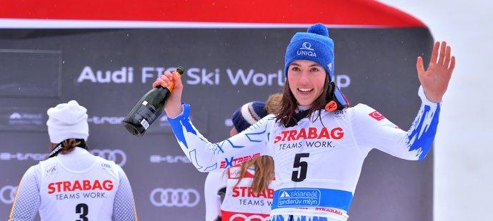 Slovenská lyžařka Petra Vlhová slaví svůj triumf v obřím slalomu SP ve Špindlerově Mlýně