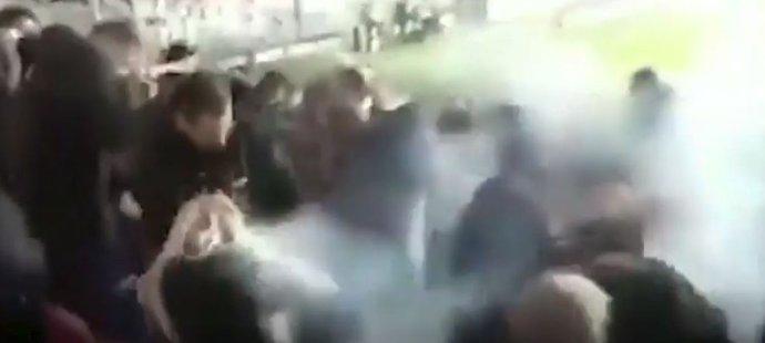 Při zápase Sparty s Plzní byla dělbuchem zraněná fanynka