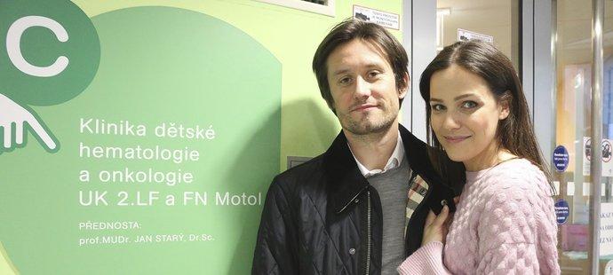 Tomáš Rosický s manželkou Radkou přišli potěšit srdce i duši malých bojovníků v nemocnici v Motole
