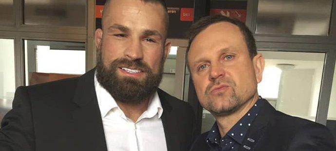 Karlos Vémola s moderátorem Petrem Svěceným
