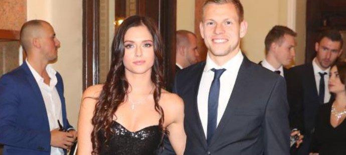 Střelec Burnley Matěj Vydra vzal do nádherného Vinohradského divadla krásnou přítelkyni Šárku