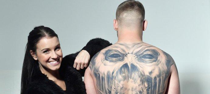 Majestátní tetování na zádech Patrika Kincla. Na snímku s reportérkou iSport TV Simonou Kubišovou.
