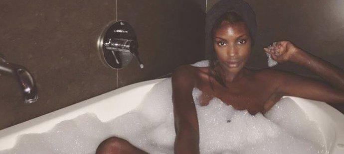 Layla Powellová si užívá bublinkovou koupel