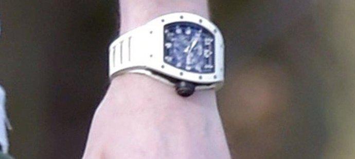 Fotbalista Adam Johnson vyrazil po propuštění z vězení venčit psa se superdrahými hodinkami