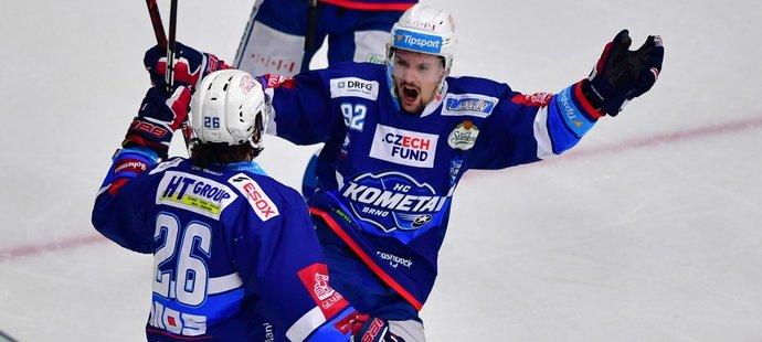 Petr Holík (vpravo) oslavuje gól, o který se postaral jeho spoluhráč Martin Zaťovič