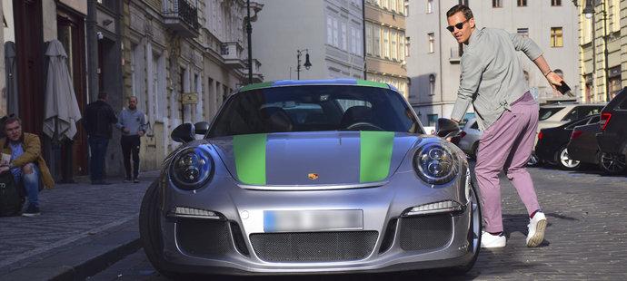 Tomáš Berdych brázdí ulice centra Prahy v novém fáru