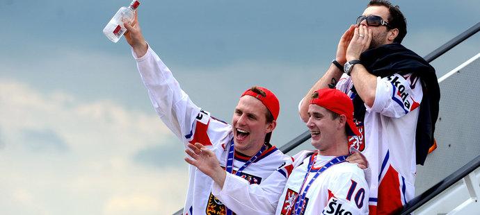 Slavící hokejisté (zleva) Petr Vampola, Roman Červenka a Jakub Klepiš vystupují v Praze z letadla