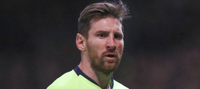 Lionel Messi po úderu od Chrise Smallinga dohrál otřesený a s krvavým šrámem