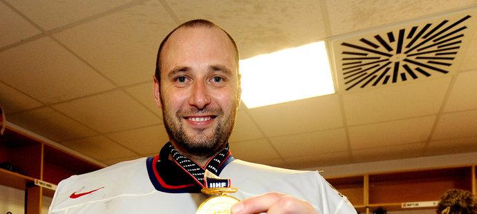 Tomáš Vokoun se po finále chlubí zlatou medailí, kterou poté na chvíli ztratil