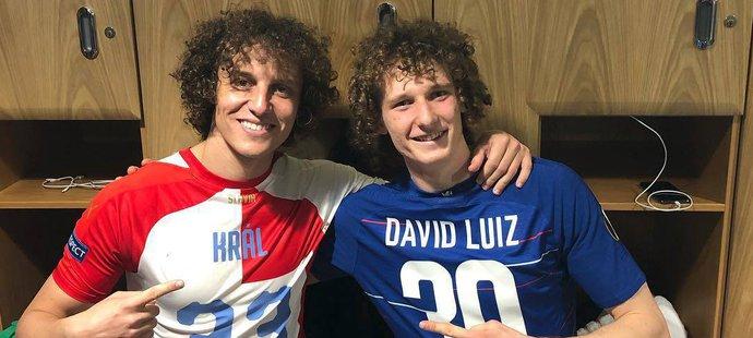 Po zápase Slavie na Chelsea vznikla přímo v šatně londýnského týmu fotka Alexe Krála a Davida Luize