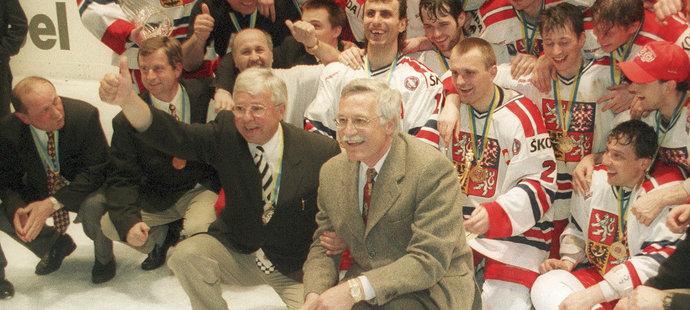 Trenér Luděk Bukač při oslavách zlata na MS 1996. Nechyběl u nich ani tehdejší premiér Václav Klaus.