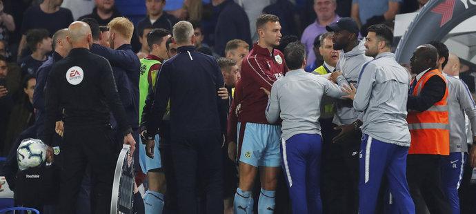 V závěru došlo i ke strkanici mezi oběma tábory, hodně naštvaný byl zraněný stoper Chelsea Antonio Rüdiger (vpravo v kšiltovce)