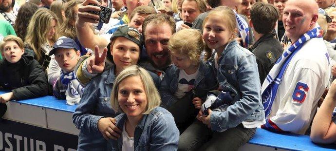 Petr Vampola se svojí úžasnou rodinkou; zleva Matěj, partnerka Kateřina, Anička a Katka.