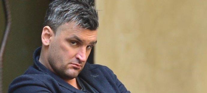 Napůl bděl, napůl hnípal. Martin Fenin měl debatovat o psychice fotbalistů, ale zmožen alkoholem to musel vzdát.