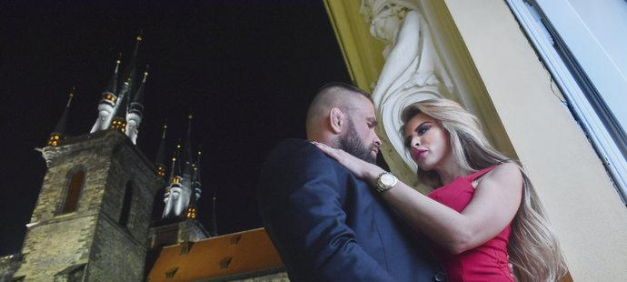 Karlos Vémola a Lela Ceterová během procházky večerní Prahou