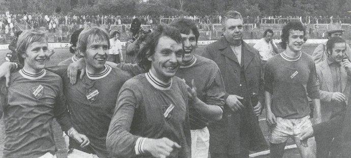 Libor Radimec se raduje společně se spoluhráči v mistrovské sezoně 1975/76